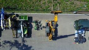 Meccanici che stanno in un'iarda del trattore stock footage
