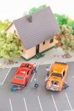 Meccanici miniatura che assistono e che riparano vista superiore delle automobili Fotografie Stock Libere da Diritti