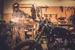 Meccanico al garage della dogana del motociclo Immagine Stock Libera da Diritti