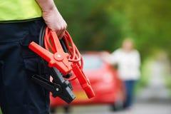 Meccanico Attending Car Breakdown sulla strada campestre Immagini Stock Libere da Diritti