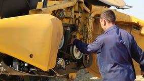 Meccanico che controlla il motore di trattore stock footage