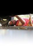 Meccanico che lavora ad un'automobile Fotografie Stock Libere da Diritti