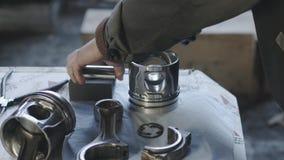 Meccanico che lavora con il motore diesel Fine di riparazione del motore in su In strumento delle mani video d archivio
