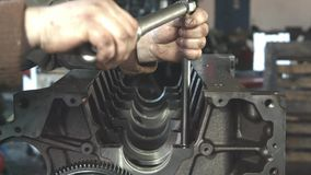 Meccanico che lavora con il motore diesel Fine di riparazione del motore in su In strumento delle mani stock footage