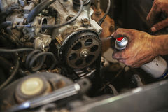 Meccanico che lavora nel garage Immagini Stock
