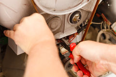 Meccanico che ripara lavatrice Fotografia Stock Libera da Diritti