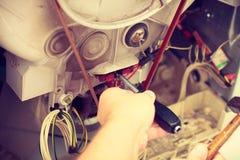 Meccanico che ripara lavatrice Fotografia Stock
