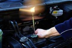 Meccanico che ripara un'automobile Immagine Stock Libera da Diritti