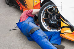 Meccanico che ripara un'automobile Immagini Stock
