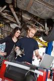 Meccanico con il cliente scettico Fotografie Stock