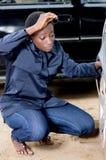 Meccanico della giovane donna nel garage Fotografie Stock