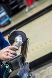 Meccanico di automobile con la chiave Fotografia Stock Libera da Diritti