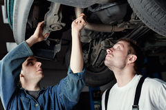 Meccanico di automobile due che ripara automobile Fotografie Stock
