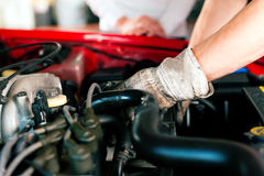 Meccanico di automobile nell'officina riparazioni Fotografia Stock