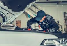 Meccanico di automobile in servizio immagine stock