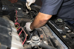 Meccanico di riparazione del motore dell'automobile fotografia stock libera da diritti