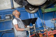 Meccanico diesel che ispeziona veicolo fotografia stock