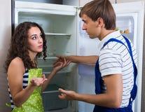 Meccanico e cliente vicino al frigorifero Immagine Stock Libera da Diritti