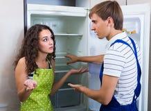 Meccanico e cliente vicino al frigorifero Fotografia Stock Libera da Diritti