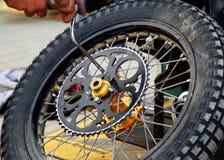 Meccanico e ruota Fotografia Stock Libera da Diritti
