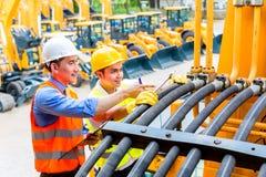 Meccanico ed ingegnere asiatici con la macchina Immagine Stock