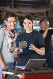 Meccanico femminile con il cliente Immagine Stock