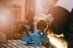 Meccanico in guanti protettivi che tagliano metallo Immagini Stock