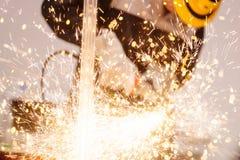Meccanico in guanti protettivi che tagliano metallo Immagini Stock Libere da Diritti
