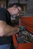 Meccanico Looking For un incavo Fotografia Stock Libera da Diritti