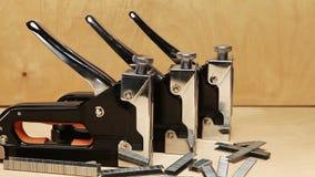 Meccanico manuale delle cucitrici meccaniche - per il lavoro di riparazione nella casa e su mobilia e sui sostegni stock footage
