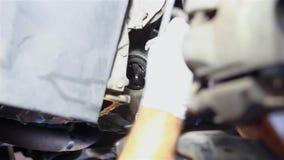 Meccanico maschio che ripara un'automobile stock footage