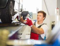 Meccanico nell'officina dell'automobile Fotografia Stock