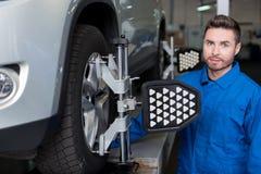 Meccanico professionista che controlla automobile Fotografie Stock Libere da Diritti