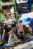Meccanico professionista che prova iniettore diesel nella sua officina Fotografie Stock