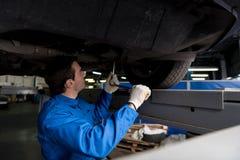 Meccanico professionista che reparing un'automobile Fotografia Stock Libera da Diritti