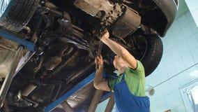 Meccanico sul lavoro nel suo garage video d archivio