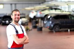 Meccanico in un'officina riparazioni dell'automobile - diagnosi e risoluzione dei problemi fotografia stock libera da diritti