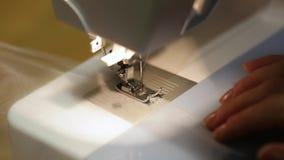 Meccanismo alto vicino del piede della macchina per cucire con l'ago ed il filo firmware di Tulle video d archivio