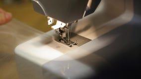 Meccanismo alto vicino del piede della macchina per cucire con l'ago ed il filo firmware di Tulle archivi video
