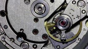 Meccanismo commovente dell'orologio degli ingranaggi del metallo stock footage