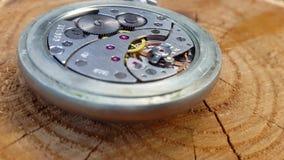 Meccanismo dell'orologio su fondo di legno stock footage