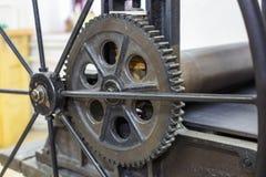 Meccanismo di ingranaggi Dettagli di vecchia macchina antica per la fabbricazione delle incisioni fotografia stock libera da diritti
