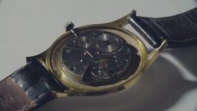 Meccanismo di lavoro di vecchio orologio stock footage