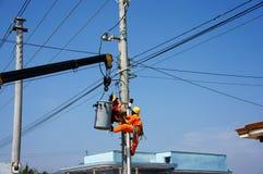 Meccanismo di riparazione dell'elettricista di cavo elettrico Immagini Stock Libere da Diritti