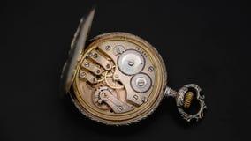 Meccanismo di rotazione degli ingranaggi di un orologio da tasca antico Fine in su Lasso di tempo Fondo posteriore video d archivio