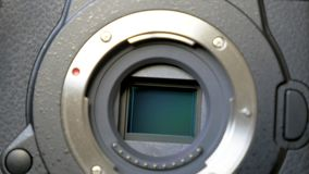 Meccanismo di stabilizzazione di immagine sul sensore della macchina fotografica digitale mirrorless stock footage