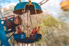 Meccanismo di vecchia ruota panoramica in un parco della molla Un giorno di molla allegro fotografia stock libera da diritti
