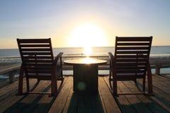 Mecedora en la terraza, salida del sol imagenes de archivo