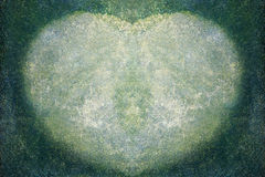 Mech dorośnięcie na cementowej podłoga w formie serca Zdjęcie Royalty Free