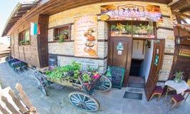 Mechana - una taberna búlgara nacional en el pueblo de montaña de Zheravna Fotos de archivo libres de regalías